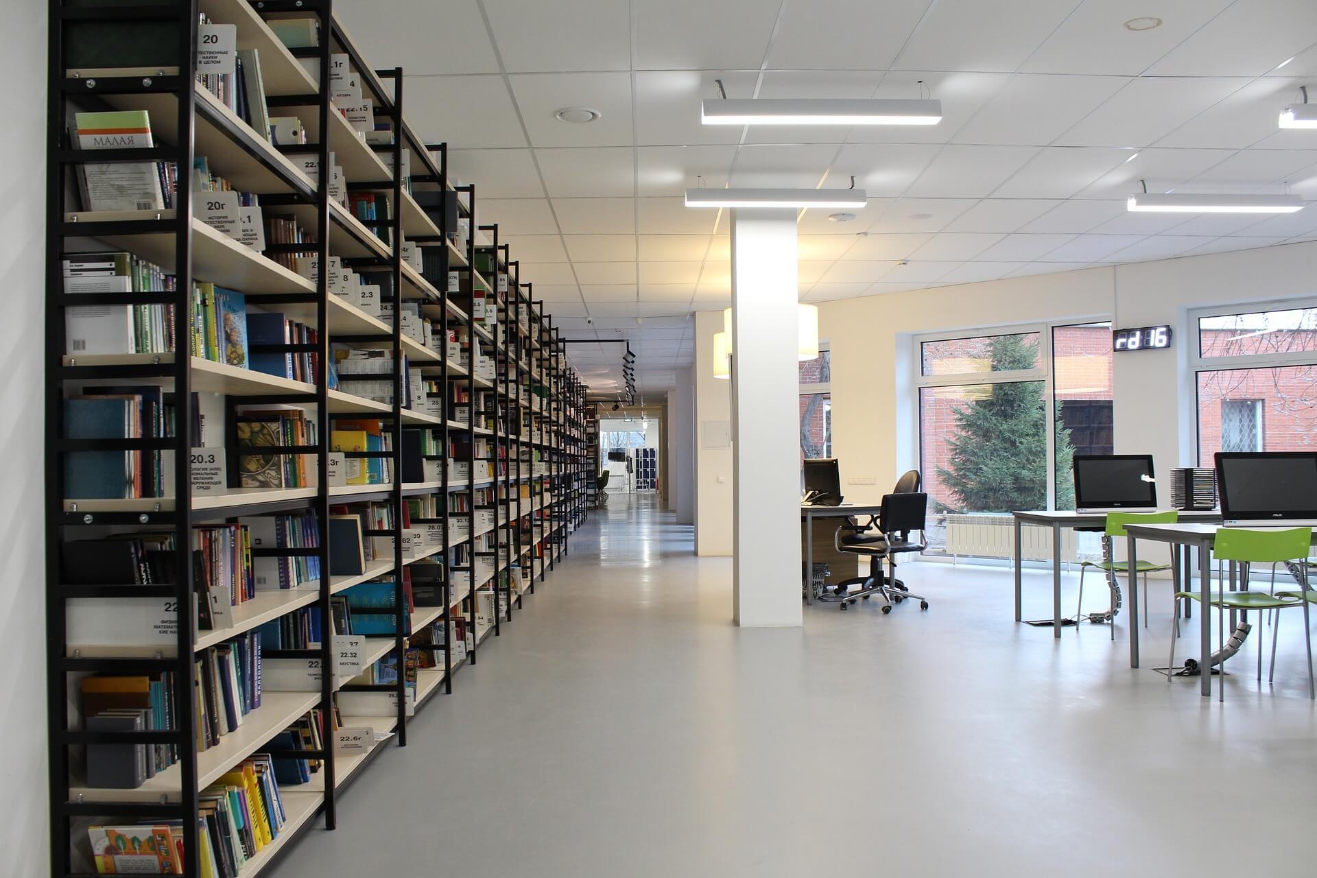 Bibliothek mit Computern